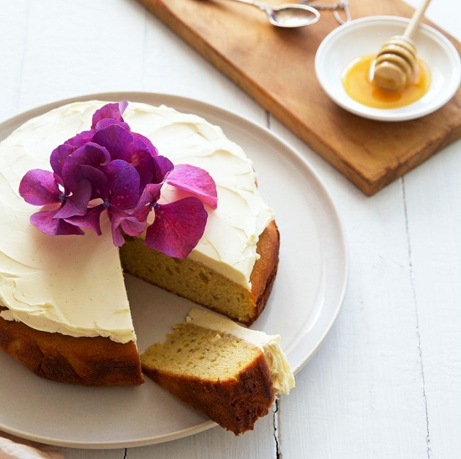 CHAMOMILE AND MANUKA HONEY CAKE